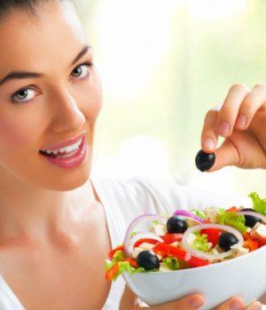 Здоровая женщина со здоровой пищей