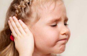 У девочки болит ушко
