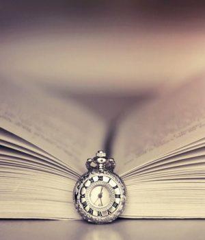Открытая книга под тиканье часов