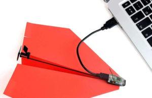 Красный самолетик из бумаги