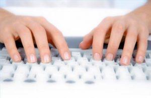 Пальцы на клавиатуре