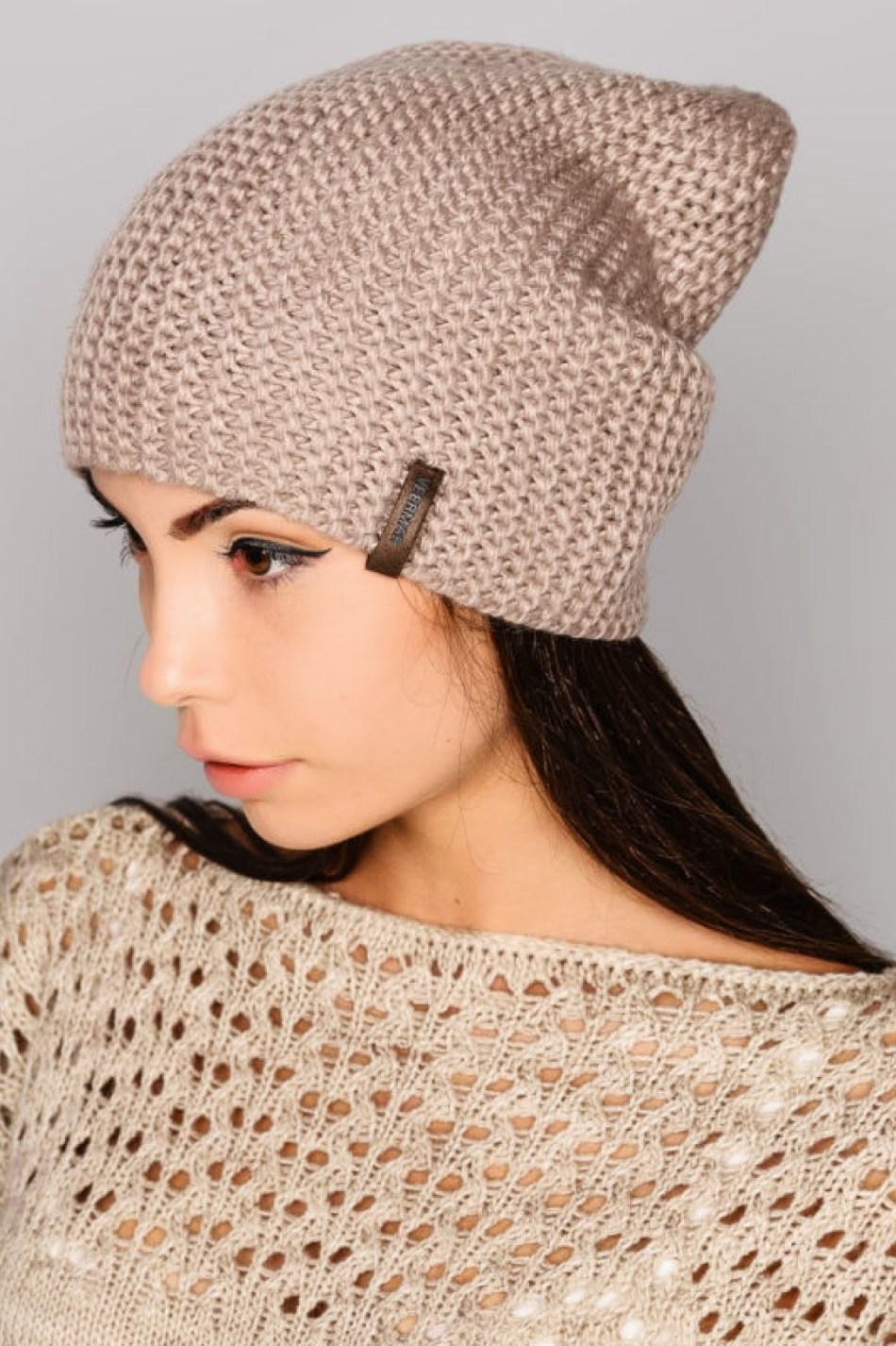 Модная шапка бини спицами: модель 1