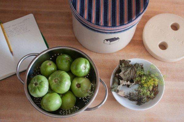 Зеленые помидоры с чесноком и зеленью без закатки (фото 1)