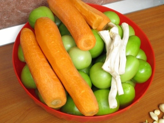 Pеленые помидоры с чесноком и зеленью без закатки: ингредиенты