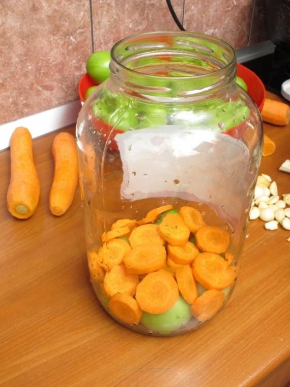 Зеленые помидоры с чесноком и морковью в банке