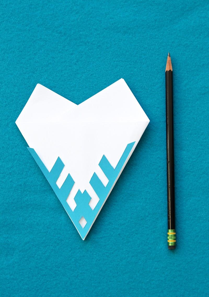 Как сделать снежинку из бумаги: шаблон 1
