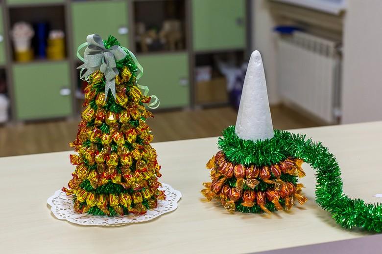 Как сделать елку из конфет и мишуры