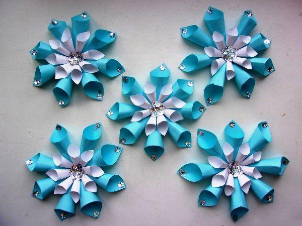 Объемная снежинка из бумажных цилиндров