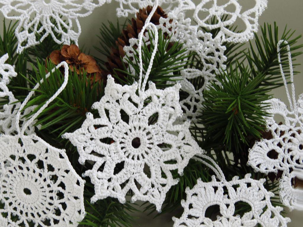 Как вязать снежинки крючком: украшение на елку