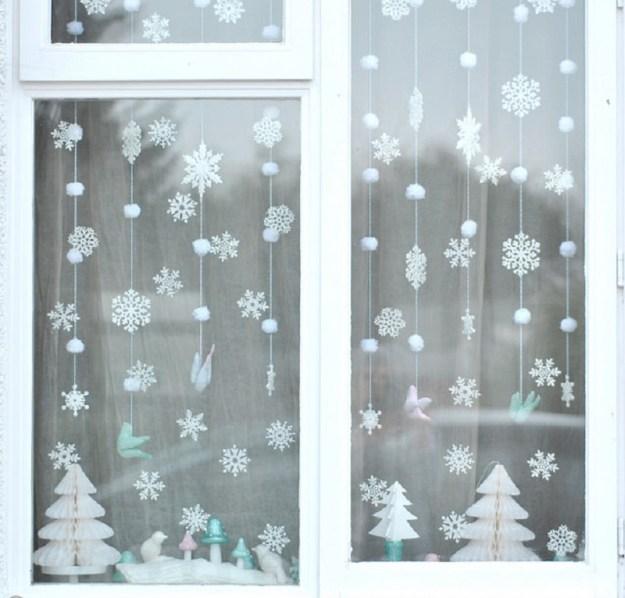Оформление группы к Новому году в детском саду: снежинки