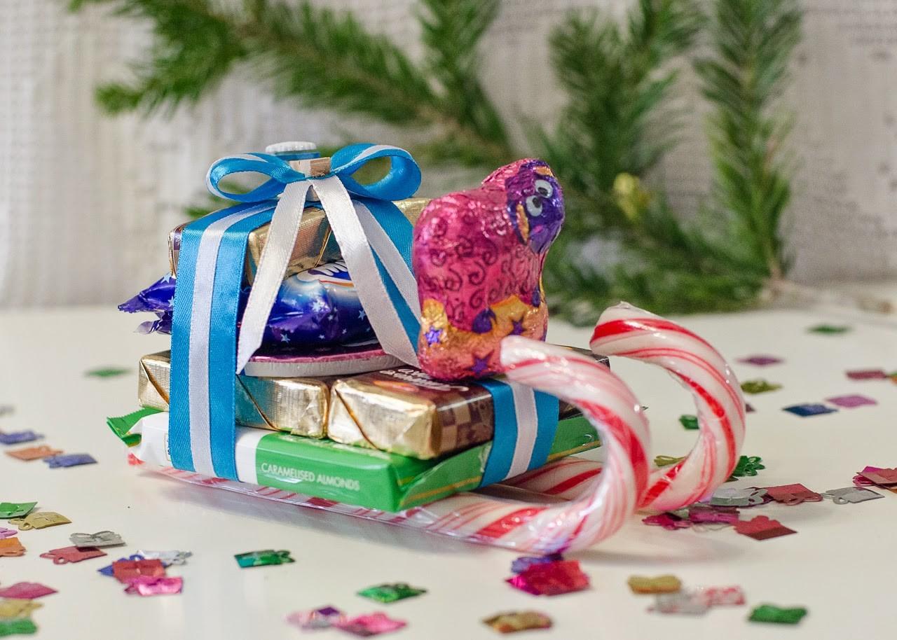 Санки из конфет на Новый год своими руками: композиция