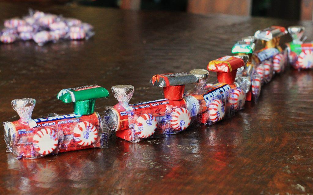 Санки из конфет на Новый год своими руками