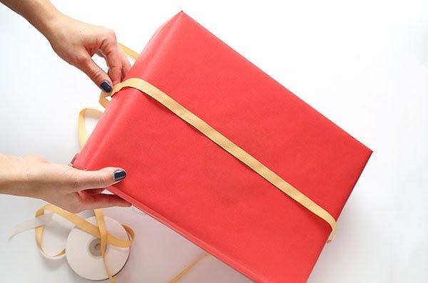 Как упаковать подарок в подарочную бумагу: декор