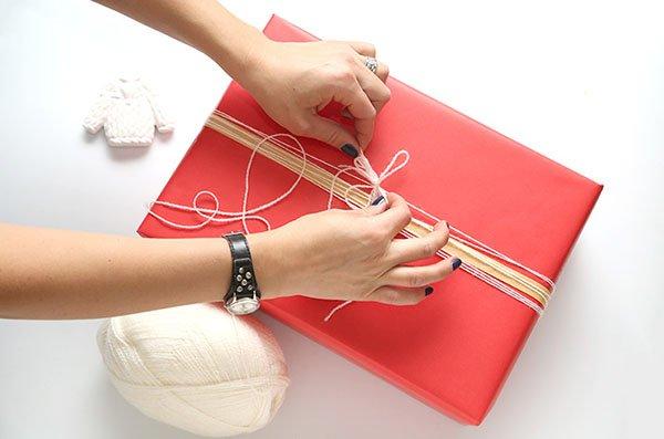 Как упаковать подарок в подарочную бумагу: декор из ниток