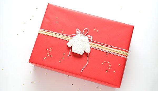 Как упаковать подарок в подарочную бумагу: вязаный декор