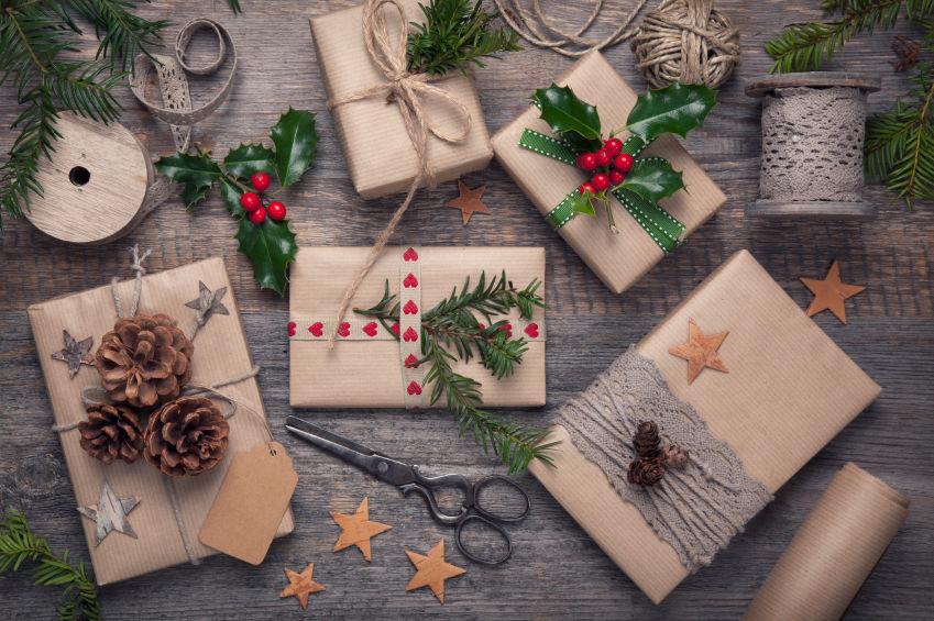 Как упаковать подарок в подарочную бумагу без коробки 4