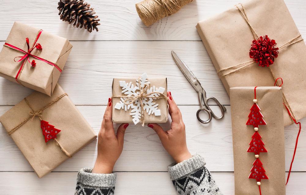 Как упаковать подарок в подарочную бумагу: новогодний вариант
