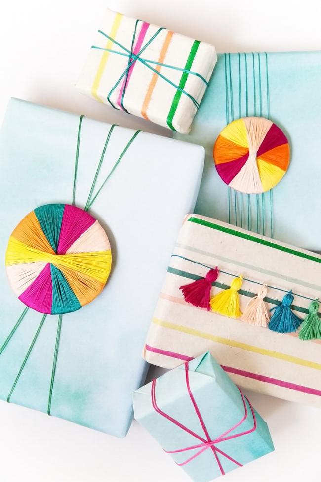 Как упаковать подарок в подарочную бумагу: яркий декор