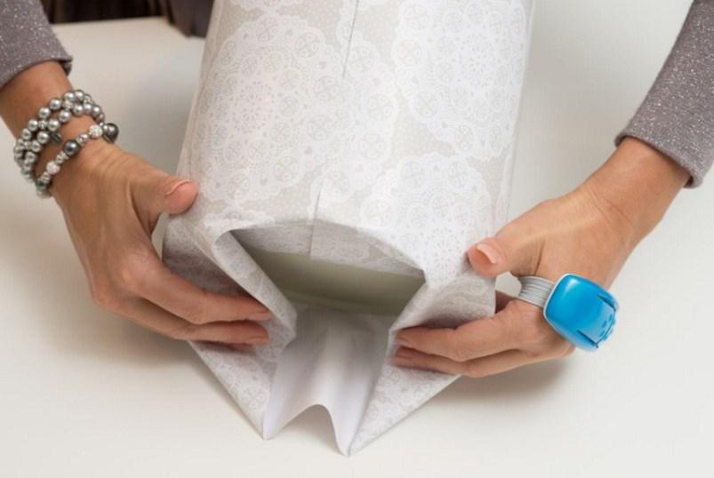 Как упаковать круглый подарок в подарочную бумагу: шаг 2